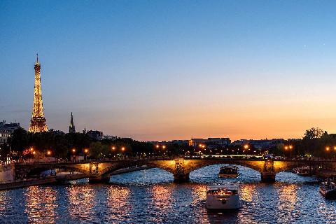 Bateau de croisière à Paris la nuit